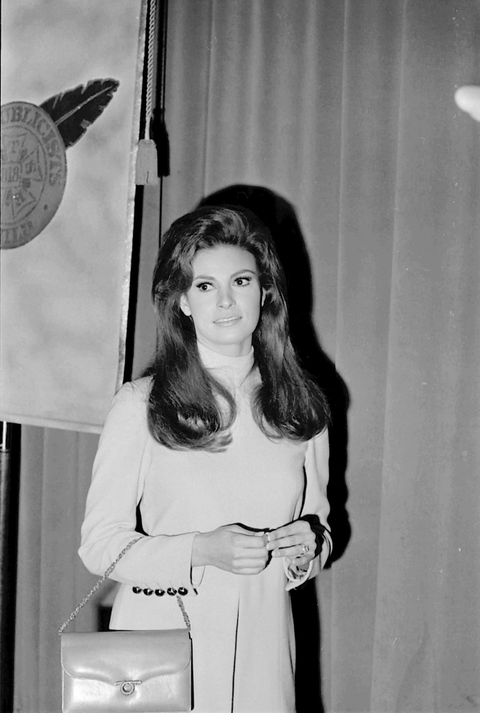 RAQUEL WELCH AT L.A. PUBLICISTS GUILD LUNCHEON, CENTREY PLAZA 4/7/1967. PHOTO BY PHIL ROACH/IPOL/GLOBE PHOTOS, INC.