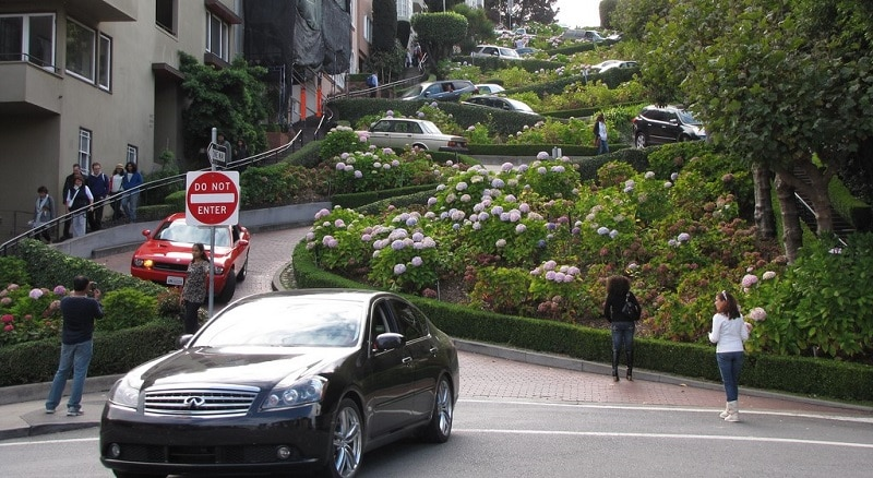 Traffic coming down Lombard Street