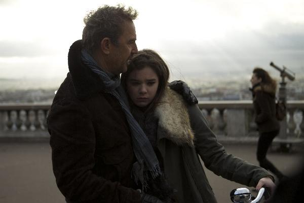 "(Left to right.) KEVIN COSTNER and HAILEE STEINFELD star in Relativity Media´s ""3 DAYS TO KILL"" © 2013 Ð 3DTK Inc. Photo credit: Julian Torres"