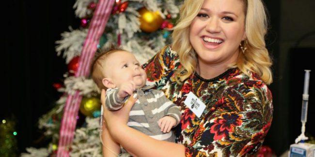 Christmas Angel: Kelly Clarkson Brings Joy To Children's Hospital  PHOTOS