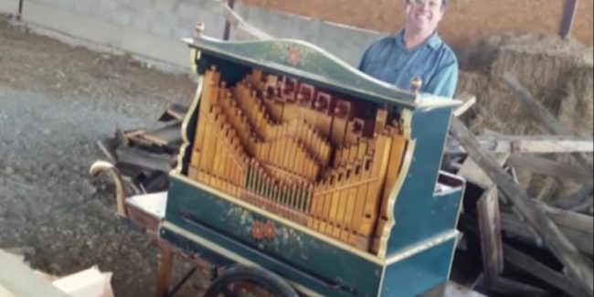 Michael Jackson's Smooth Criminal played on a barrel organ