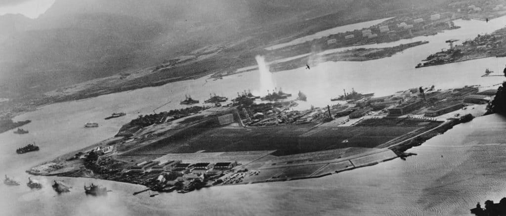 Pearl Harbor - Into the Arizona dives into the sunk ship
