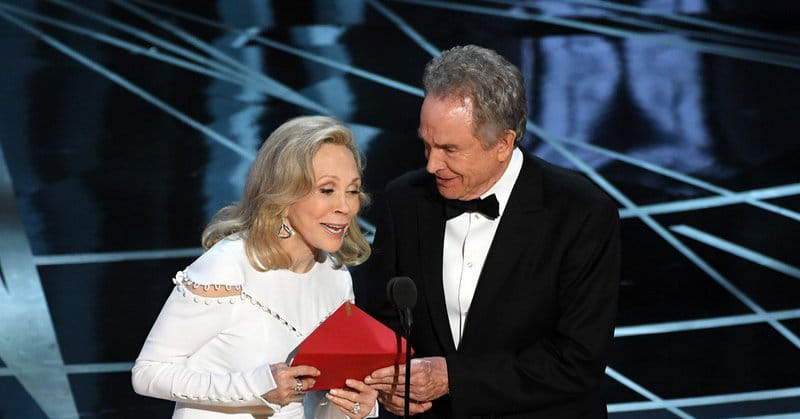 Faye Dunaway reads out the wrong winner for the Best Picture Oscar as Warren Beatty looks on
