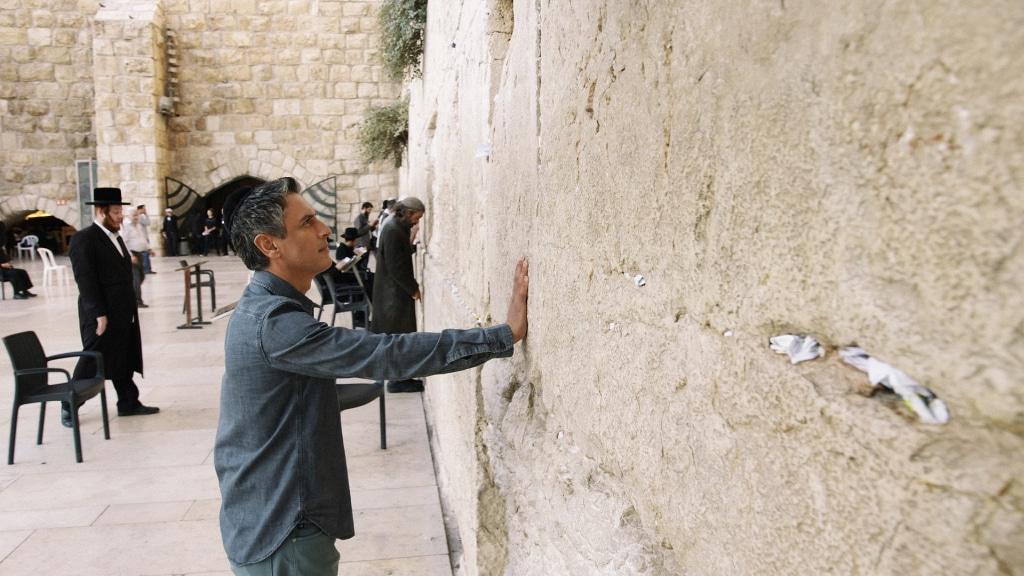 Believer 104 Reza next to wall CC 1024x576 - Reza Aslan drinks a bit of Haredi kosher Kool-Aid in Jerusalem on next CNN Believer