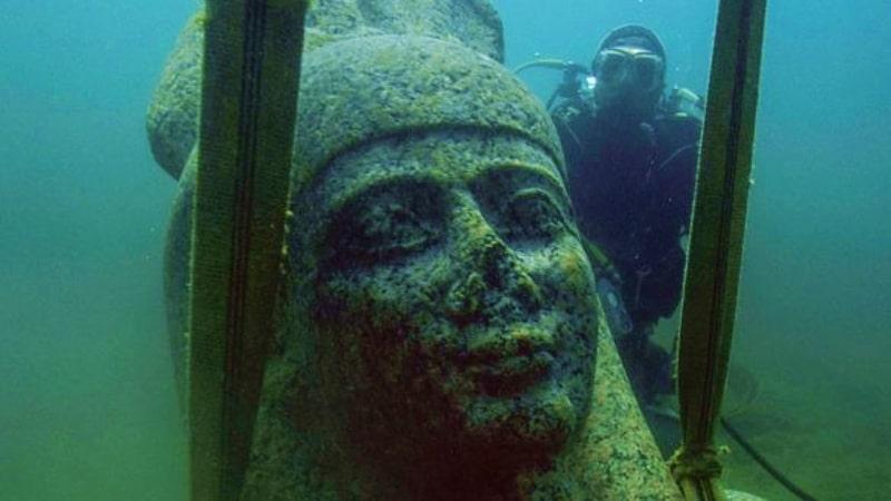 Thonis statue