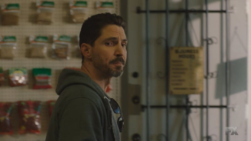Still image from Perro/Oc. DEA agent Kevin Jimenez meets with Filipe Reyes to exchange EZ's intel