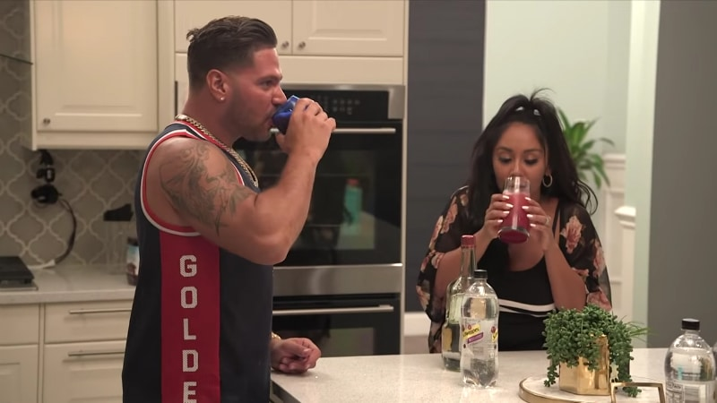 Ronnie and Snooki get drunk on their first night in the new Jersey Shore Family Vacation house