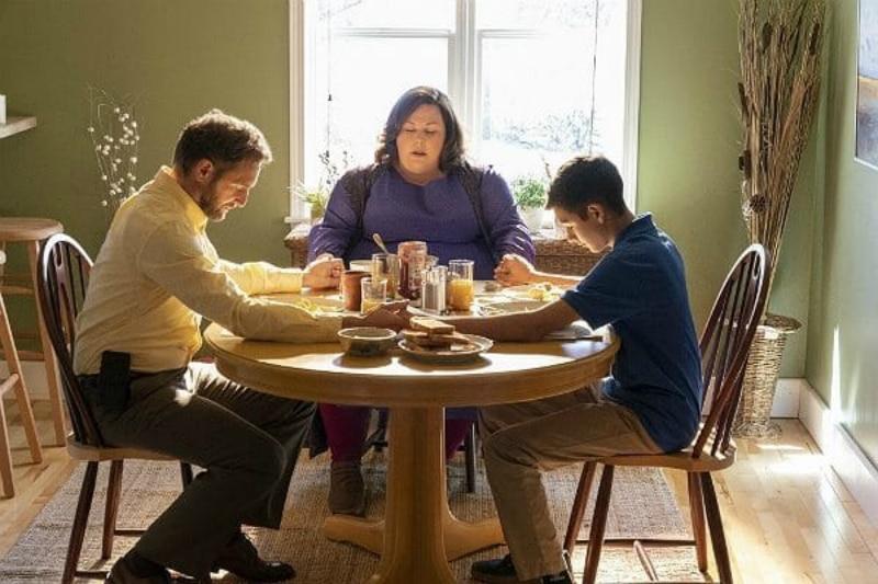 Josh Lucas, Chrissy Metz and Marcel Ruiz gathered around the table in prayer in Breakthrough.