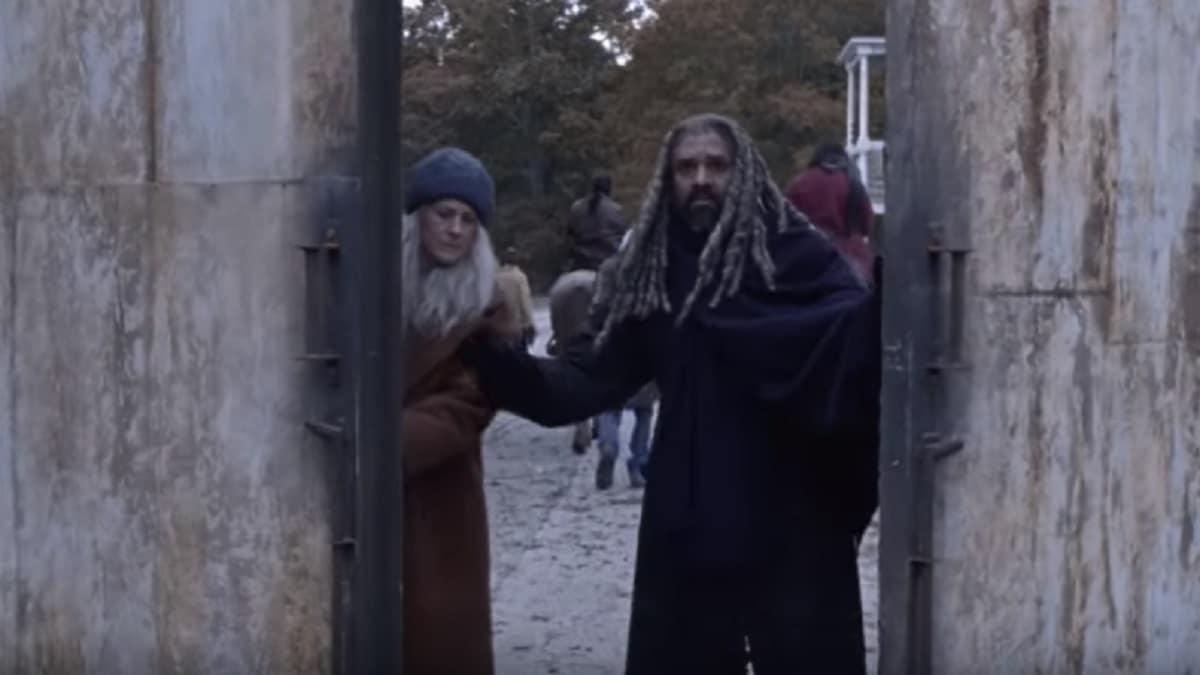 Carol and Ezekiel close the gates to the Kingdom.