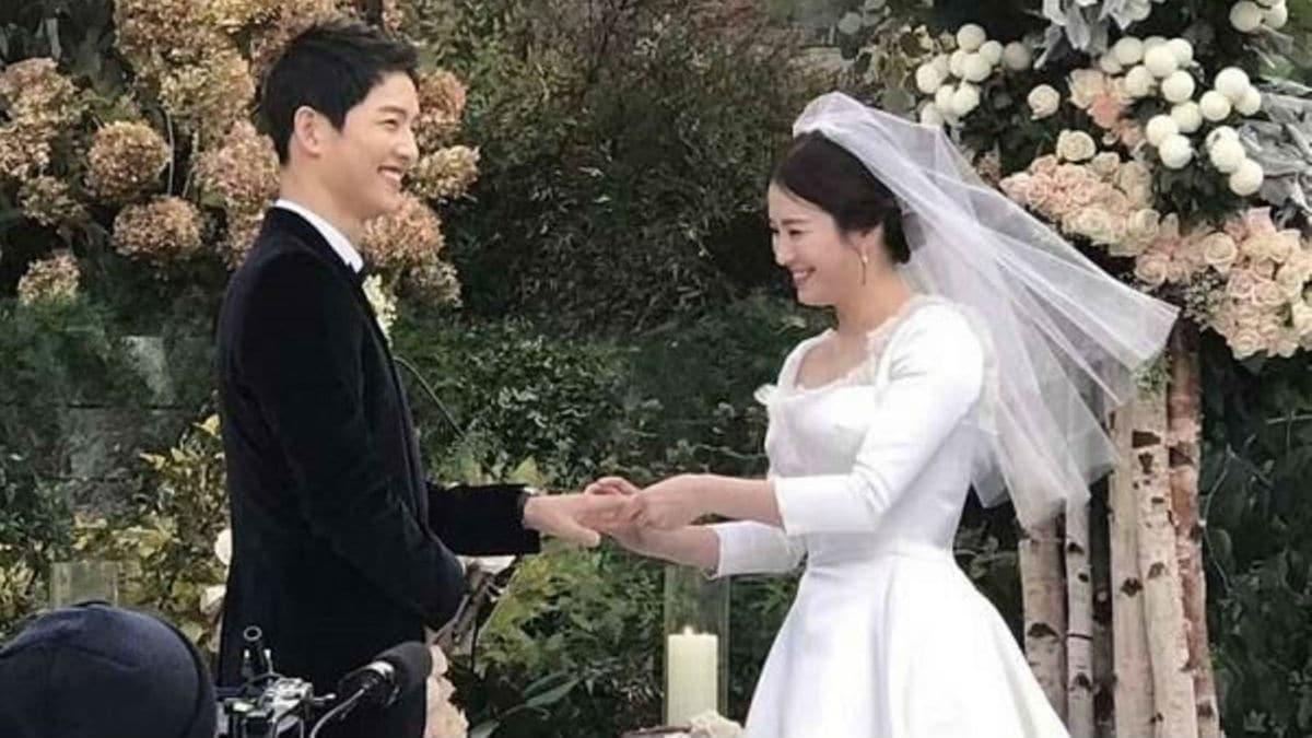 Song Joong-Ki and Song Hye-Kyo exchange rings at their wedding. Image Credit: Song Joong-Ki fan cafe