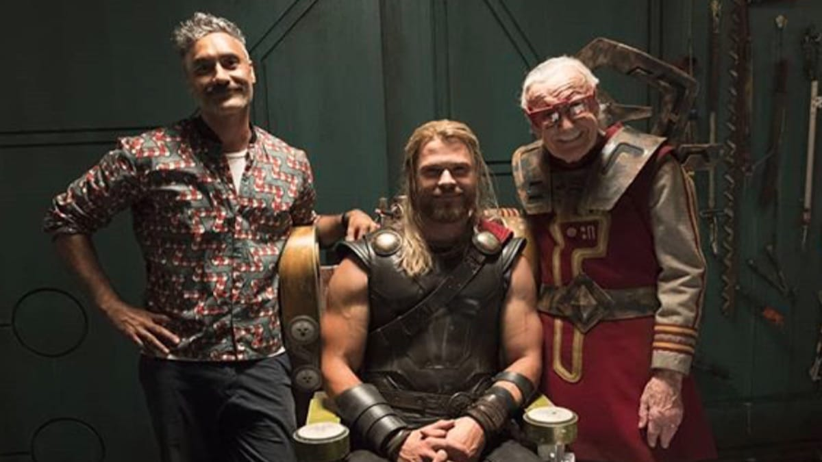 taika waititi with chris hemsworth and stan lee