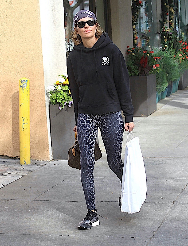 Lisa looking casual as she walks down the street with a shopping bag