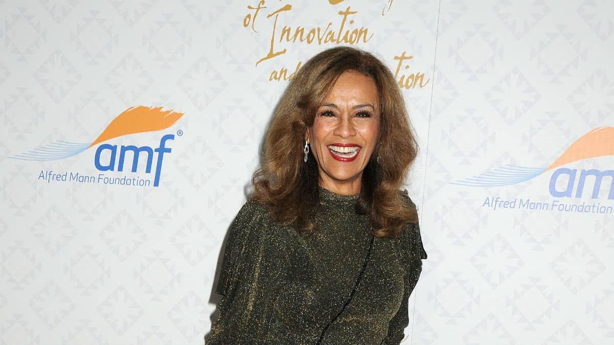 Marilyn McCoo at an event on the red carpet.