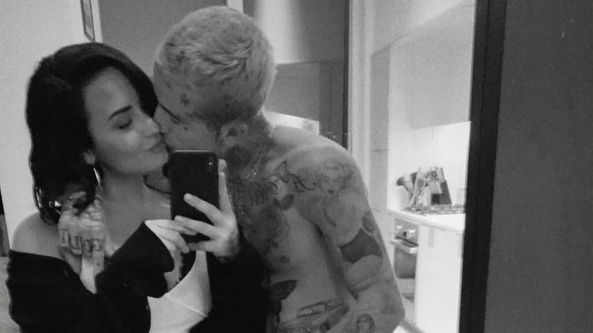 Demi Lovato and Austin Wilson pose for a mirror selfie