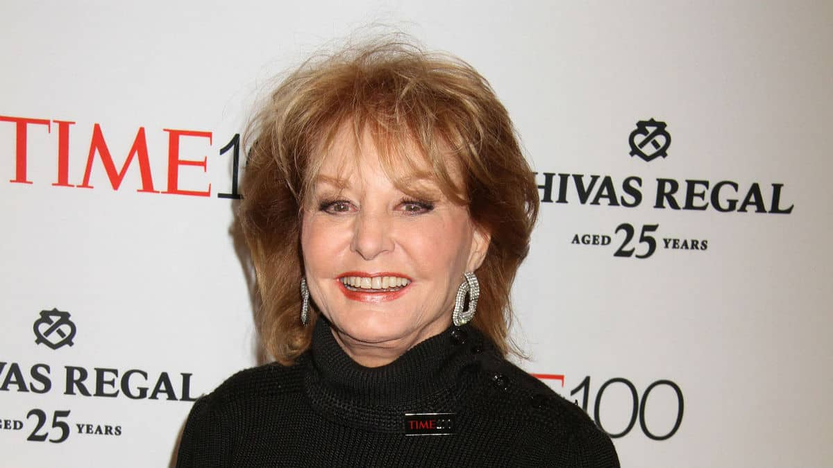 "ABC honros Barbara Walters' iconic line ""This is 20/20""."