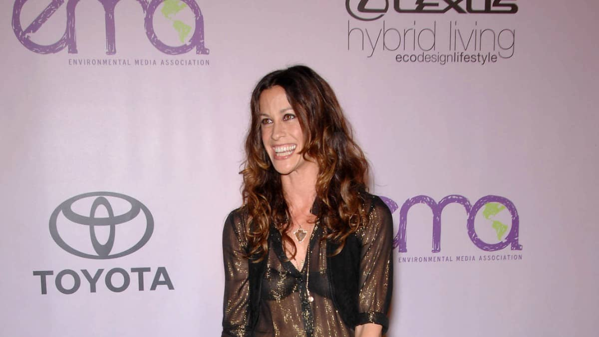 Alanis Morissette posing for photos at the 2009 2009 Environmental Media Association Awards