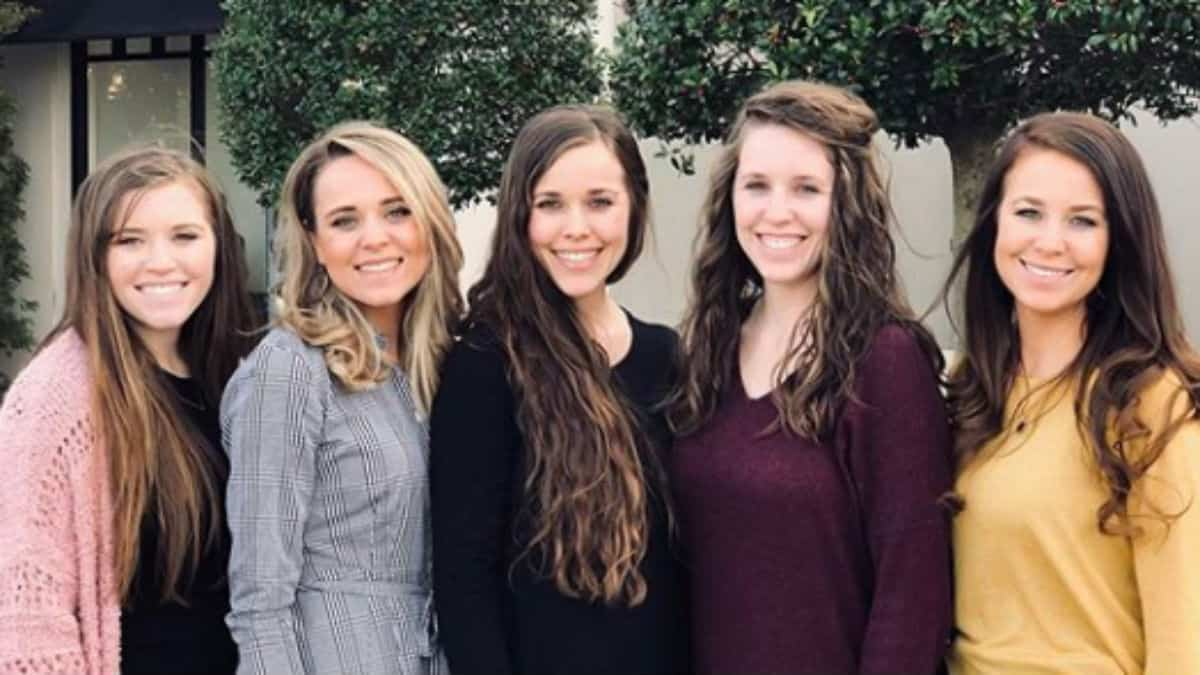 All of the adult Duggar sisters together
