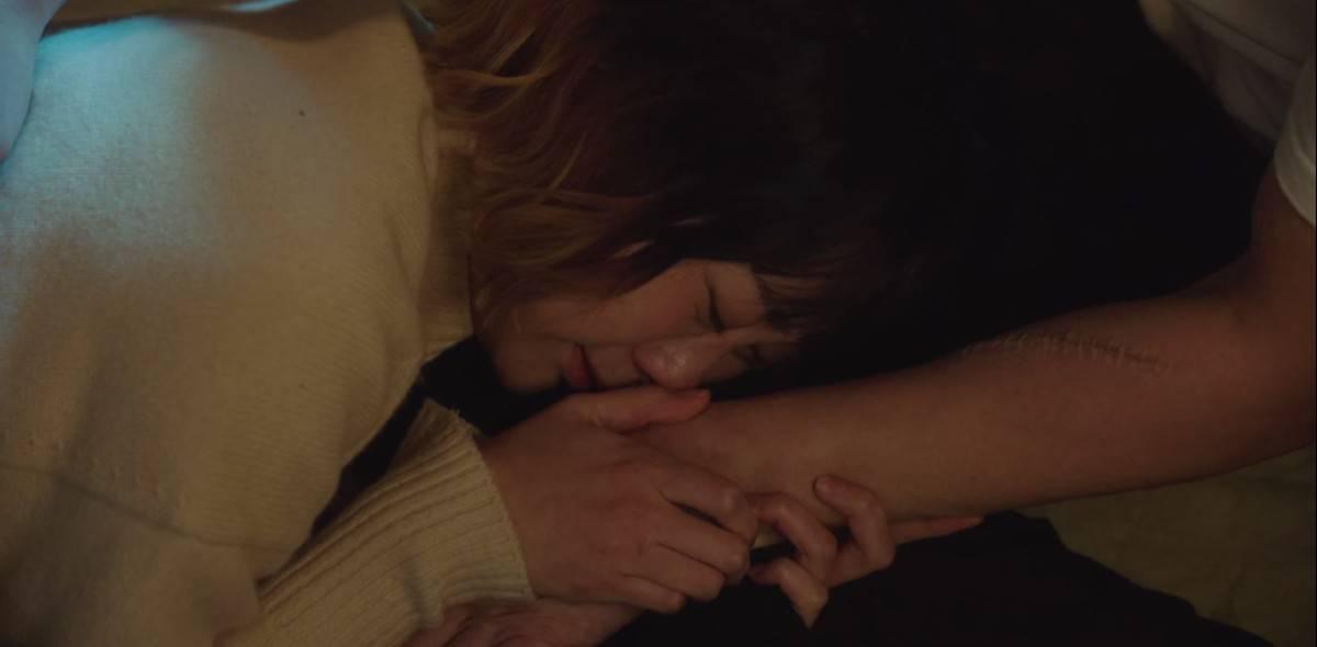 Jo Yi-Seo holding Park Sae-Roy's hand.
