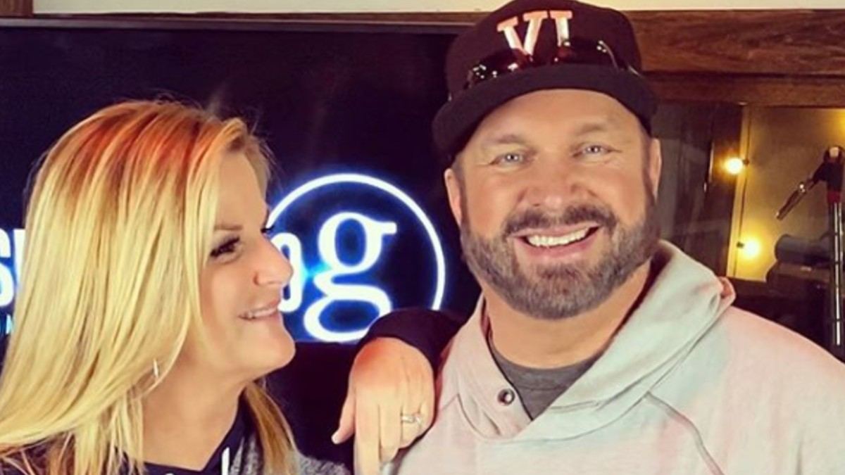 Garth Brooks and Trisha Yearwood pose for a selfie