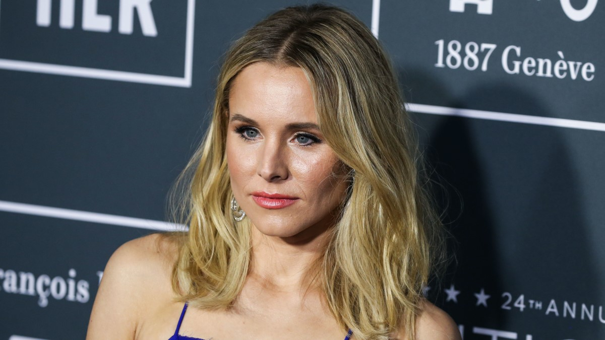 Kristen Bell shares her four-step safety procedure for opening delivered packages safely amid the coronavirus pandemic.