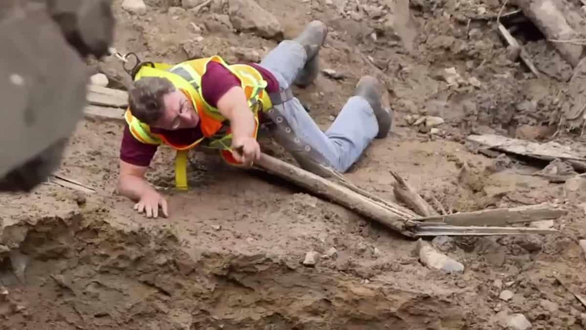 Marty Lagina examines a hole