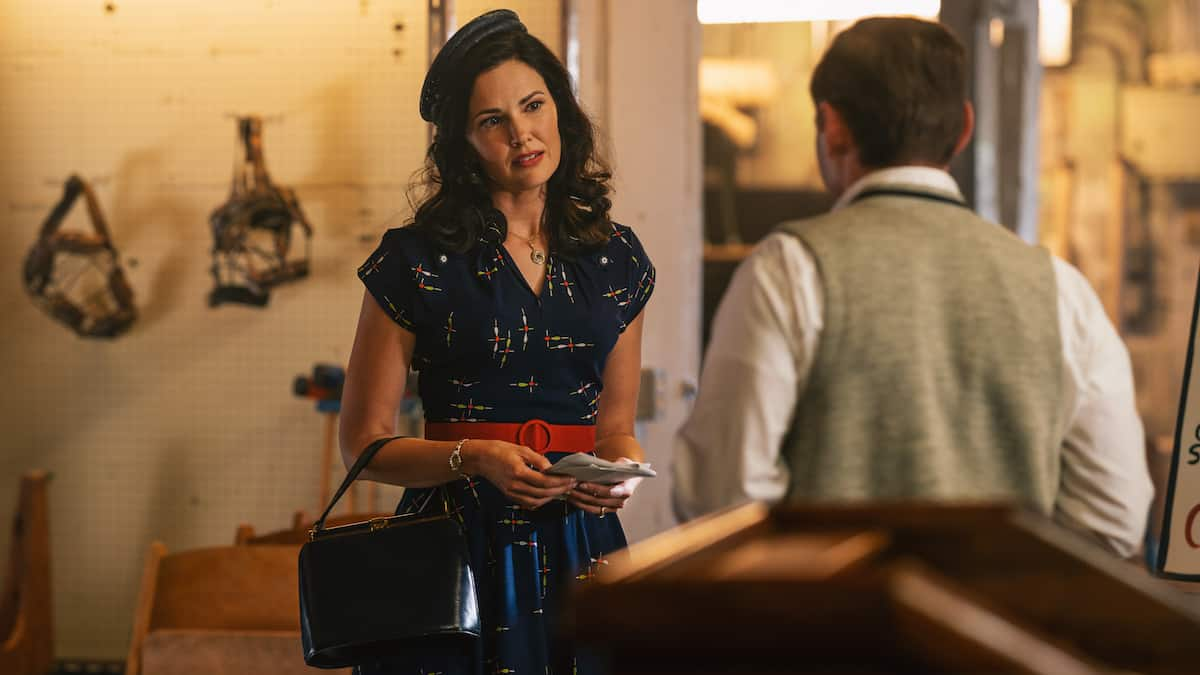 "Laura Mennell as Mimi Hynek and Keir O'Donnell as Evan at a UFO Group in Project Blue Book Season 2 Episode 1 ""Roswell"""