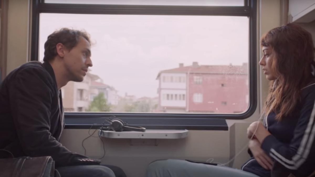 Metin Akdülger as Ali and Dilan Çiçek Deniz as Leyla in One-Way to Tomorrow