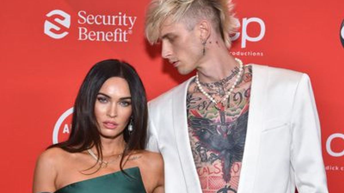 Megan Fox joins Machine Gun Kelly at the AMAs