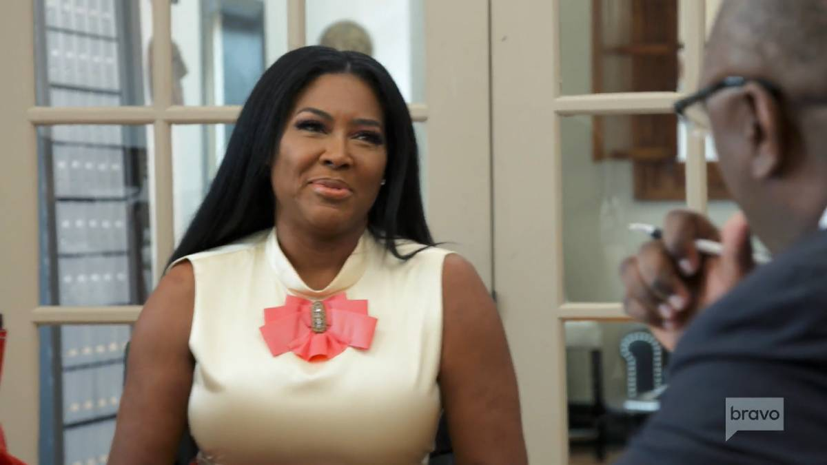 Kenya Moore meets with her divorce attorney while filming RHOA.