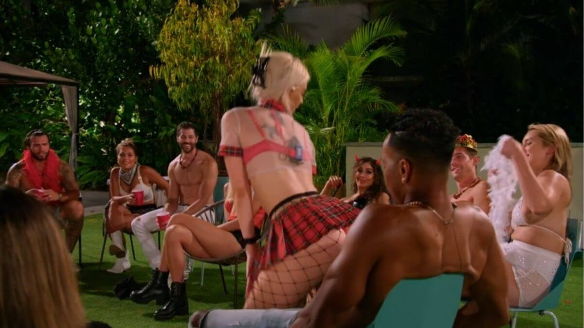 Kendal and Alexcys got closer during the costume party at the guys villa on Temptation Island