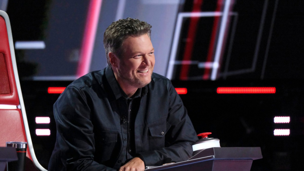 Blake Shelton judges contestants on the voice.