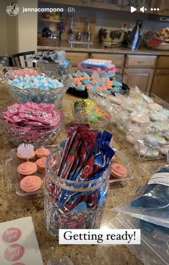 jenna compono shows photo from gender reveal party