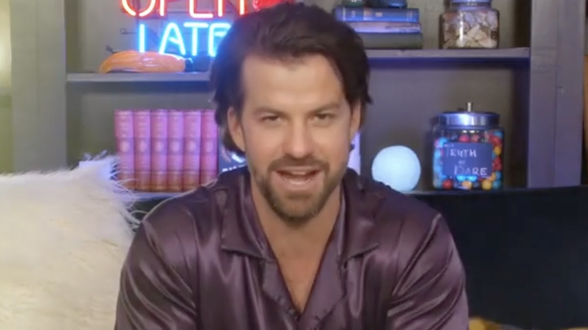 the challenge star johnny bananas in celebrity sleepover trailer
