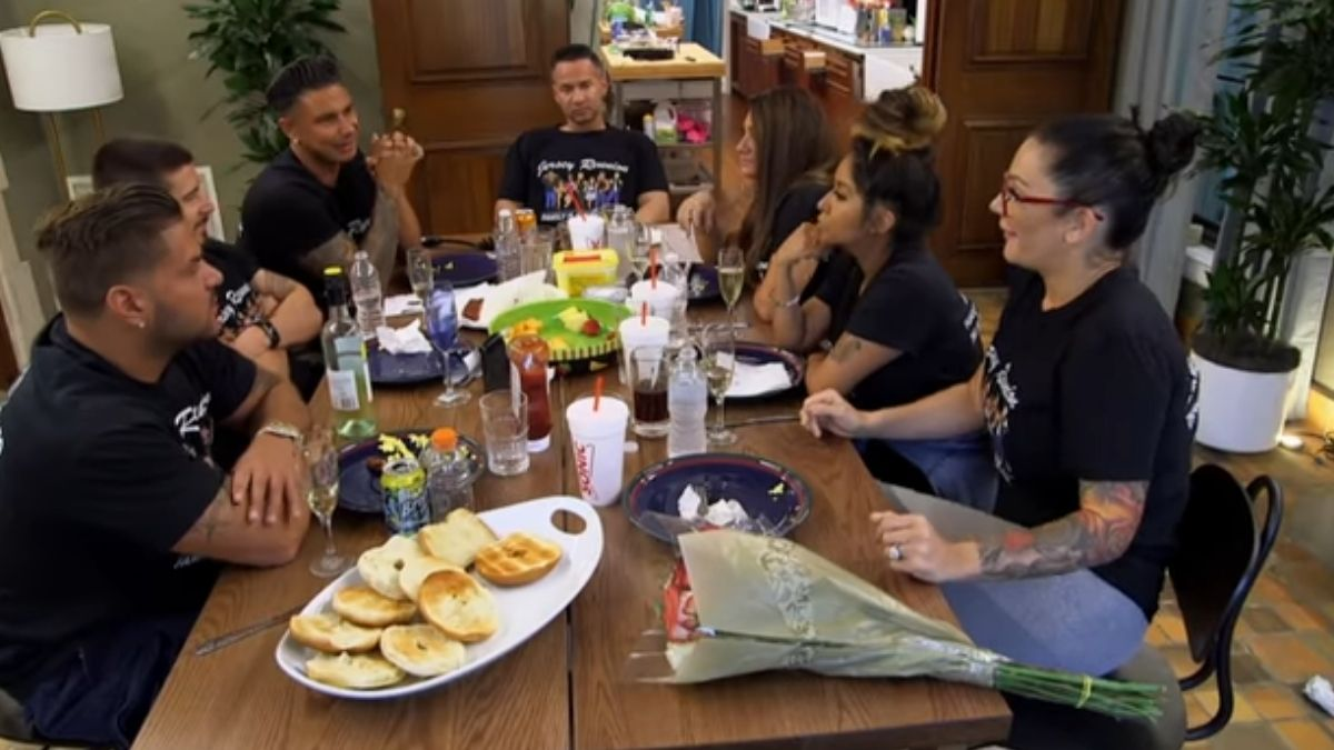The cast of Jersey Shore Family Vacation at dinner